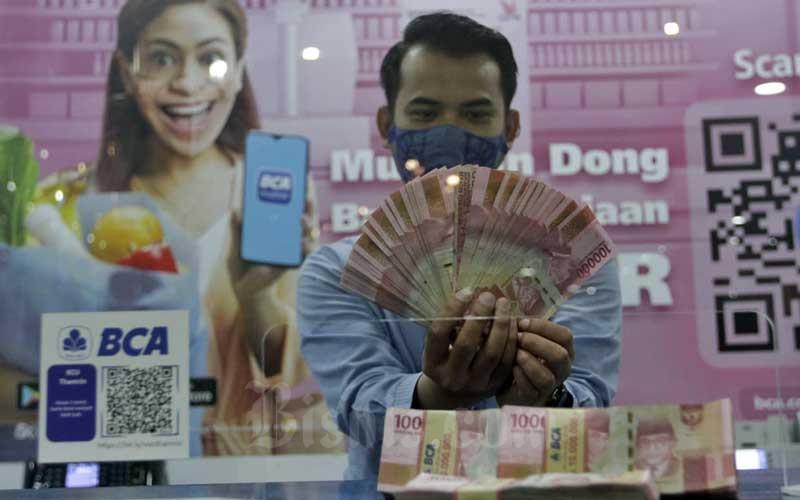 Karyawan menujukan uang Rupiah di kantor cabang Bank BCA di Jakarta, Selasa (5/1/2020). Bisnis - Himawan L Nugraha