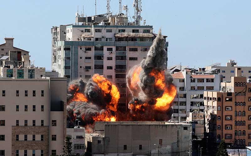 Serangan udara Israel yang menghancurkan sejumlah kantor media di gedung Al-Jalaa, Palestina, Sabtu (15/5/2021). Bisnis - Twitter TRT World New