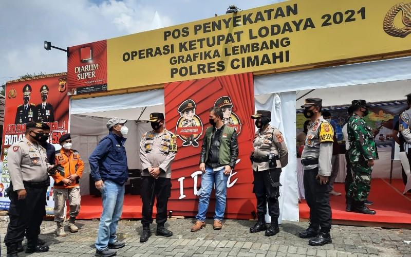 Kepala Dinas Pariwisata dan Kebudayaan Jawa Barat Dedi Taufik (empat kiri) mengunjungi pos penyekatan di kawasan wisata Grafika Cikole Lembang - Istimewa