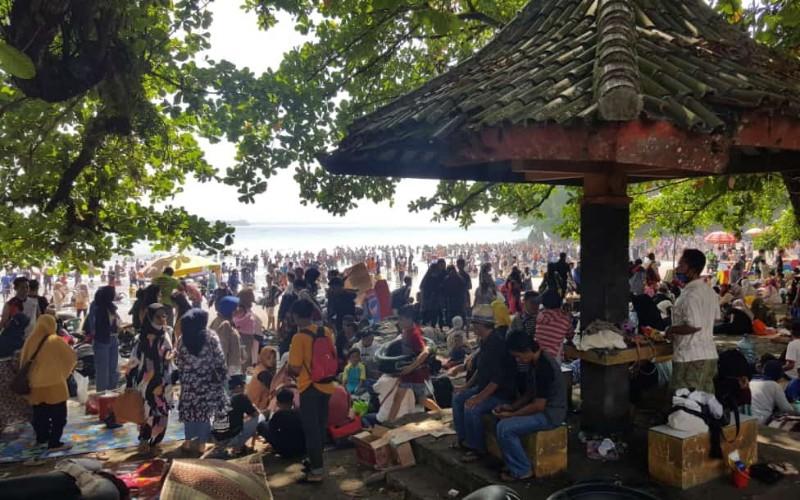 Kepadatan wisatawan di Batu Karas, Pantai Pangandaran - Bisnis/Wisnu Wage