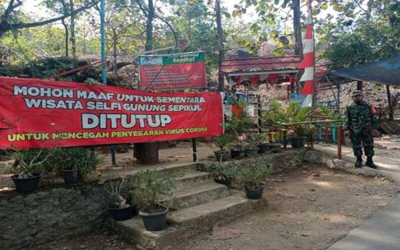 Spanduk bertuliskan kawasan wisata Gunung Sepikul ditutup dipasang pada Minggu (16/5/2021). - Ist/Satpol PP Sukoharjo
