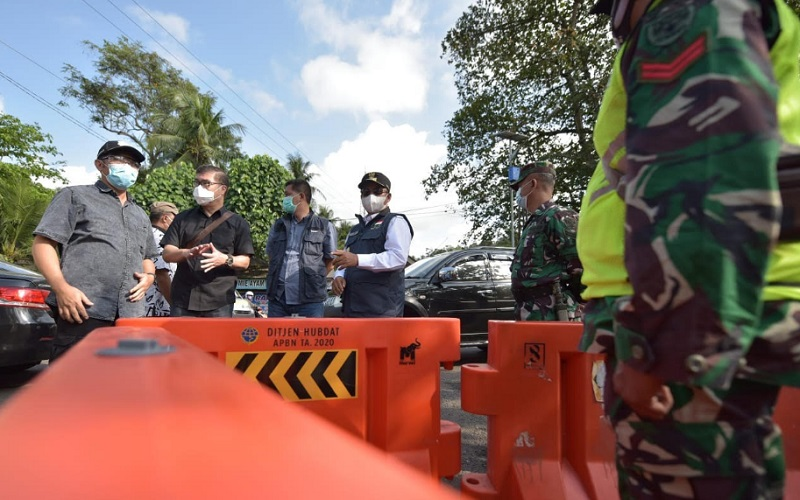 Wakil Gubernur Jabar Uu Ruzhanul Ulum meninjau titik-titik penyekatan dan destinasi wisata di Kabupaten Pangandaran, Minggu (16/5 - 2021).