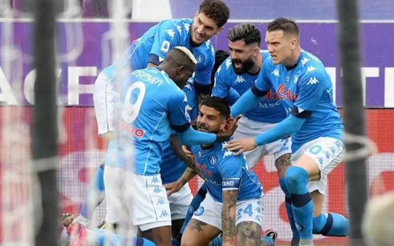 Para peman Napoli merayakan gol pertama ke gawang Fiorentina./Antara - Reuters