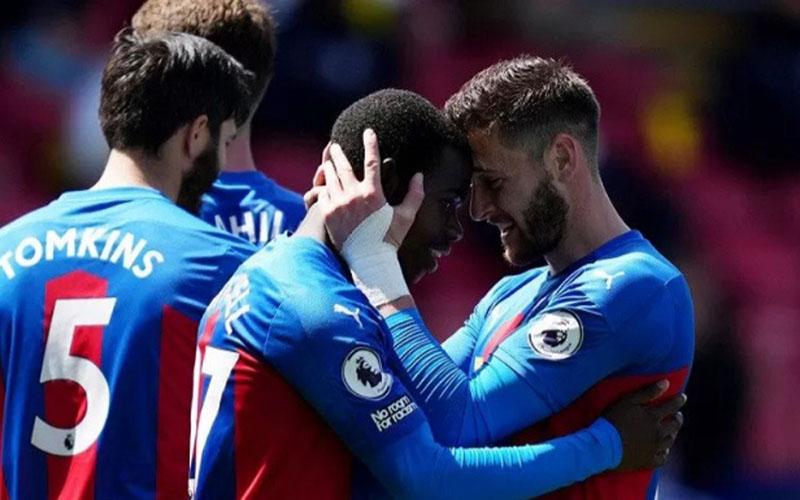Para pemain Crystal Palace bersukacita selepas mencetak gol ketiga yang menentukan kemenangan atas Aston Villa./Antara - Reuters