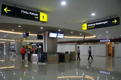 Sejumlah pekerja melintas di lorong lobby Terminal 2 (T2) Bandara Juanda Surabaya di Sidoarjo, Jatim, Senin (10/2) - Istimewa