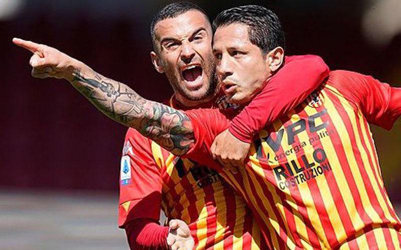 Pemain Benevento sempat bersukacita selepas menjebol gawang Crotone dalam pertandingan pekan ke-37 Serie A Italia. Namun, akhirnya laga imbang dan Benevento bersiap menyusul Crotone degradasi ke Serie B. - Twitter@bncalcio
