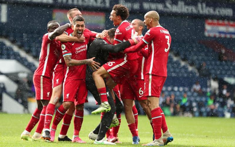 Para pemain Liverpool memeluk penjaga gawang Alisson Becker yang mencetak gol di pengujung pertandingan yang membawa kemenangan atas West Brom. - West Bromwich Albion FC