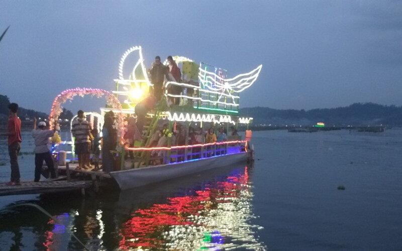 Sejumlah pengunjung menumpang perahu hias/perahu tradisional di Rawa Jombor, Krakitan, Bayat, Kamis (13/5/2021). Jumlah warga yang berminat naik perahu tersebut mengalami peningkatan pesat saat memasuki Lebaran 2021, Kamis (13/5/2021). Kondisi itu diprediksi akan bertahan hingga satu pekan mendatang. - JIBI/Ponco Suseno.