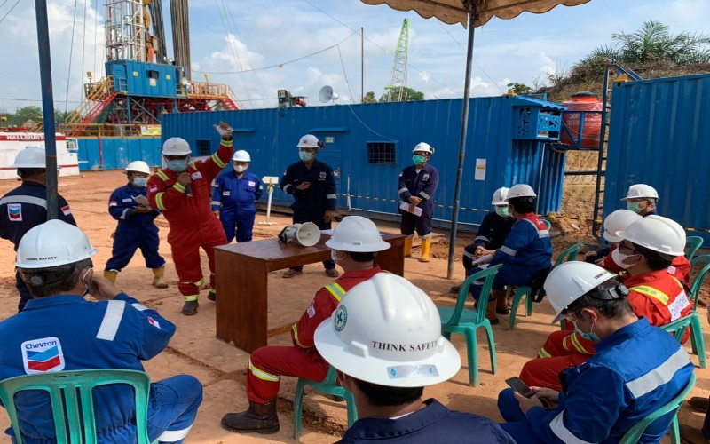 Wakil Kepala SKK Migas Fatar Yani Abdurrahman (berdiri, baju merah) ketika menyemangati para pekerja pengeboran sumur minyak di Blok Rokan, Riau, yang saat ini dikelola PT CPI. Fatar Yani melakukan kunjungan kerja ke Rumbai, Minas, dan Duri pada 14-15 April 2021.  - Istimewa