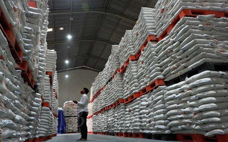 Penggunaan palet kayu pada stok beras di gudang Bulog di Jakarta, Rabu (2/9/2020). Bisnis - Nurul Hidayat