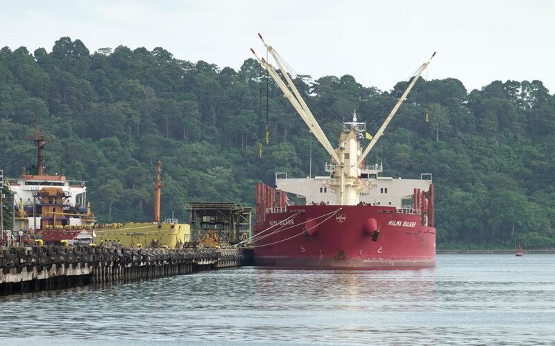 Kapal MV Hilma Bulker yang mengangkut gula rafinasi dari India dengan 13 ABK terdeteksi positif Covid-19, bersandar dan menjalani karantina di Pelabuhan Tanjung Intan Cilacap, Jateng, Jumat (7/5/2021). - Antara/Idhad Zakaria.