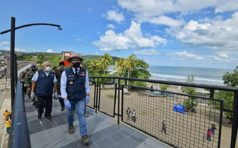 Gubernur Jabar Ridwan Kamil saat berkunjung ke kawasan wisata Pantai Pangandaran