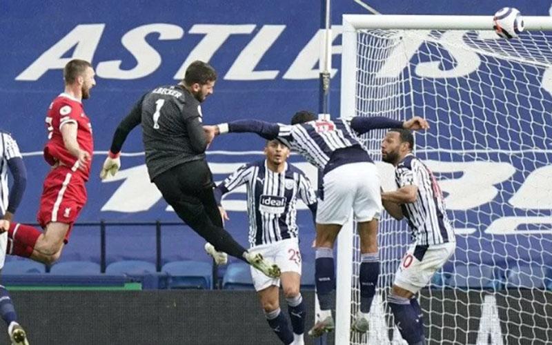 Kiper Liverpool Alisson Becker (kedua kiri) menanduk bola untuk menjebol gawang West Brom./Antara - Reuters