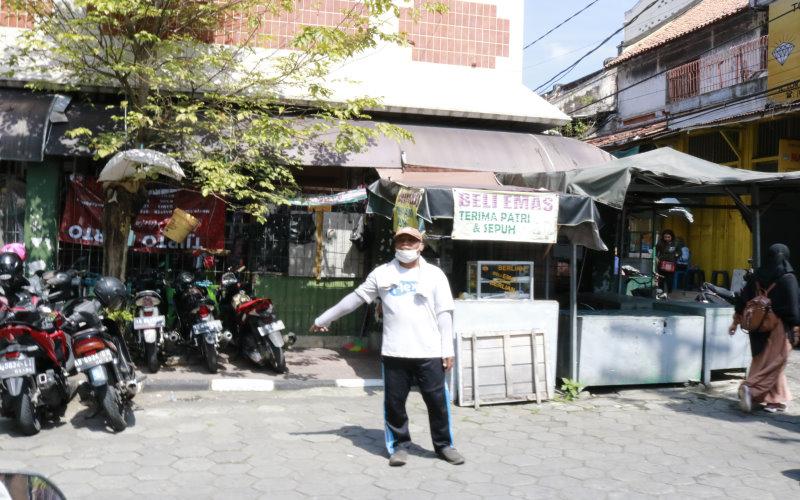 Ilustrasi: Juru Parkir di Pasar Bringharjo, Yogyakarta, mengarahkan pengunjung yang ingin memarkirkan kendaraannya. - Muhammad Faisal Nur Ikhsan  -  BISNIS