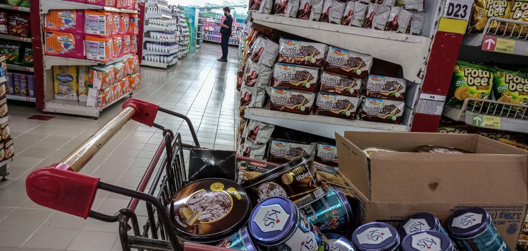 Warga berbelanja kebutuhan pokok di salah satu supermarket di Jakarta, Selasa (20/4/2021). - ANTARA FOTO/Aprillio Akbar