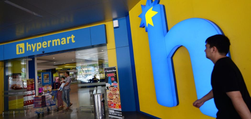 Konsumen berjalan di depan gerai Hypermart yang dikelola oleh PT Matahari Putra Prima Tbk. (MPPA) di Karawaci, Banten, Indonesia, Jumat (23/1/2015). - Bloomberg/Dimas Ardian