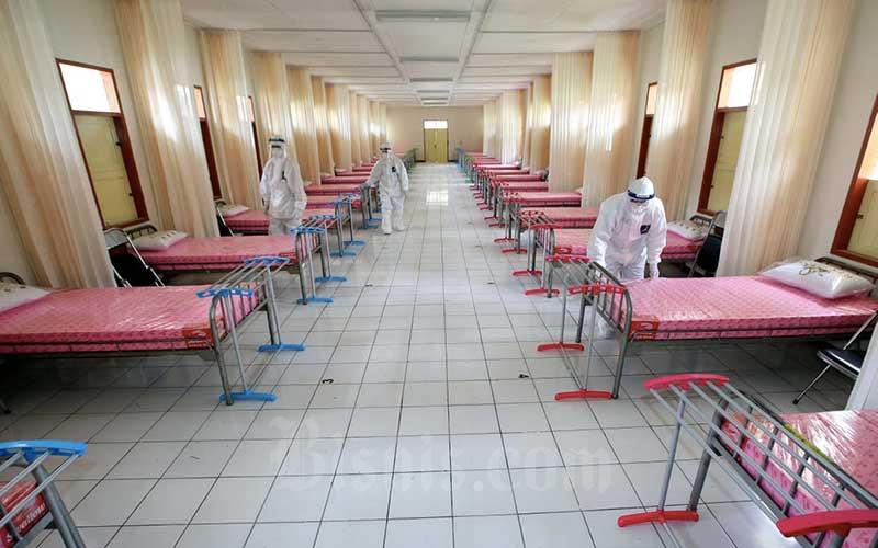Tenaga kesehatan berjaga di ruang IGD Rumah Sakit (RS) darurat Covid-19. - Bisnis/Rachman