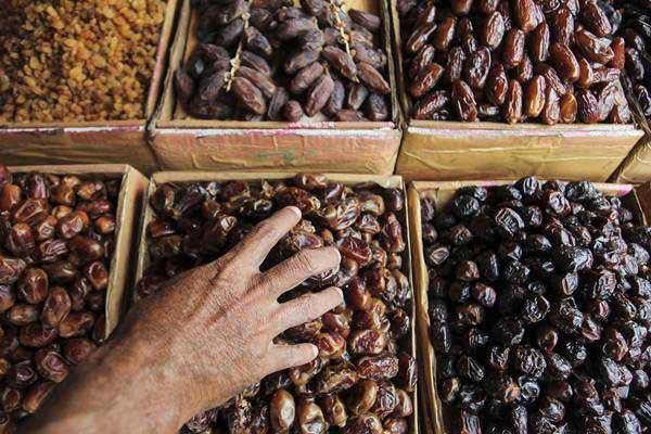 Pedagang kurma menata dagangannya di kawasan Pasar Tanah Abang, Jakarta, Jumat (2/6). - Antara/Muhammad Adimaja