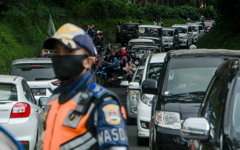 Arus Mudik. Petugas gabungan melakukan pemeriksaan kendaraan saat penyekatan pelarangan mudik dan jalur wisata di Cikole, Kabupaten Bandung Barat, Jawa Barat, Sabtu (15/5/2021).  - Antara