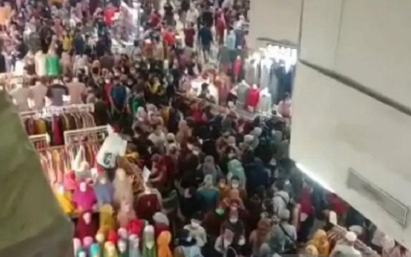 Kerumunan masyarakat terlihat memadati Pusat Grosir Tanah Abang, Jakarta, Sabtu (1/5/2021).  - Antara