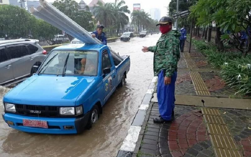 Genangan air di Jalan Gunung Sahari Raya, Pademangan, Jakarta Utara, Senin (8/2/2021). - Antara\r\n