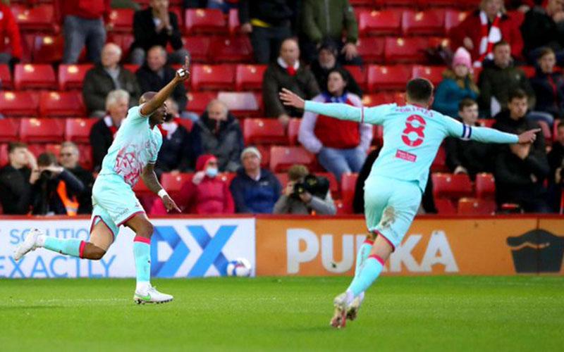 Penyerang Swansea City Andre Dede Ayew (kiri) setelah menjebol gawang Barnsley, disambut kapten tim Matthew Jacob Grimes. - Twitter@SwansOfficial