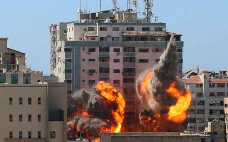 Gedung al-Jalaa tempat Associated Press (AP) dan Al Jazeera berkantor di Kota Gaza dilanda serangan udara Israel, Sabtu (15/5/2021)./Antara - Reuters/Ashraf Abu Amrah
