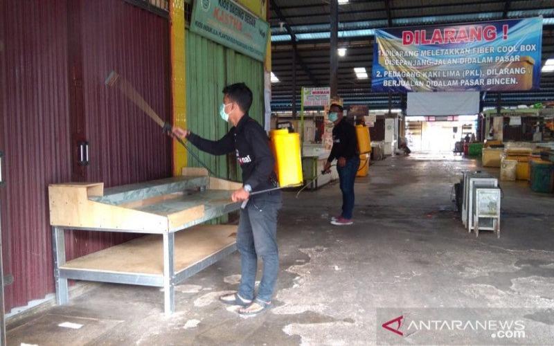Relawan Covid-19 Tanjungpinang menyemprot disinfektan di kawasan Pasar Bintan Centre. - Antara/Nikolas Panama
