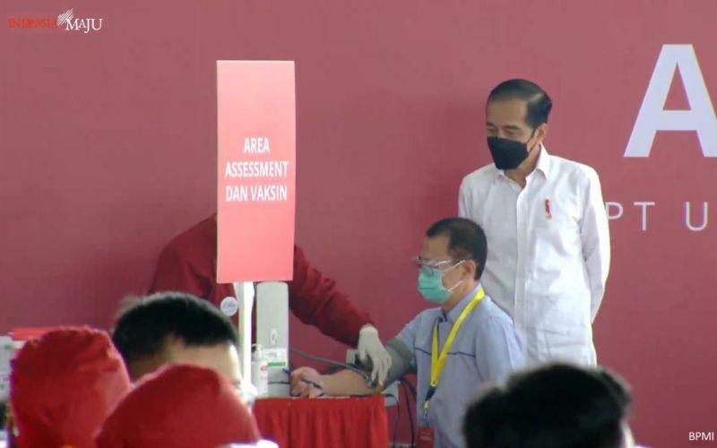 Presiden Joko Widodo meninjau pelaksanaan vaksinasi Gotong Royong perdana kepada para pekerja di Kawasan Industri Jababeka, Bekasi, Jawa Barat, Selasa 18 Mei 2021 / Youtube Setpres.