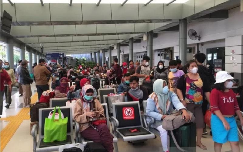 Calon penumpang menunggu di ruang tunggu Stasiun Pasar Senen, Jakarta Pusat, Selasa (18/5/2021). - Antara\r\n