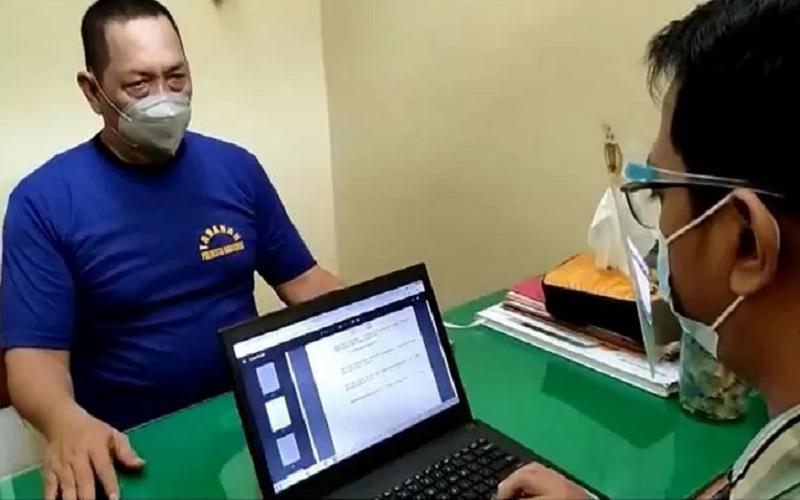 Ketua GNPK Jawa Tengah (Jateng) Subroto saat menjalani pemeriksaan tambahan yang dilakukan Penyidik Satreskrim Polresta Banyumas di ruang tahanan Polresta Banyumas, Selasa (18/5/2021). - Antara