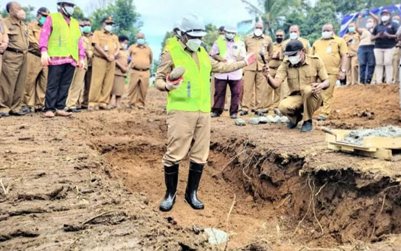 Gubernur Papua Barat Dominggus Mandacan meletakkan batu pertama pembangunan 1.500 rumah KPR bersubsidi bagi PNS dan PPPK di Kelurahan Andai, Distrik Manokwari Selatan, Kabupaten Manokwari, pada Selasa (18/5/2021)./Antara - Hans A. Kapisa