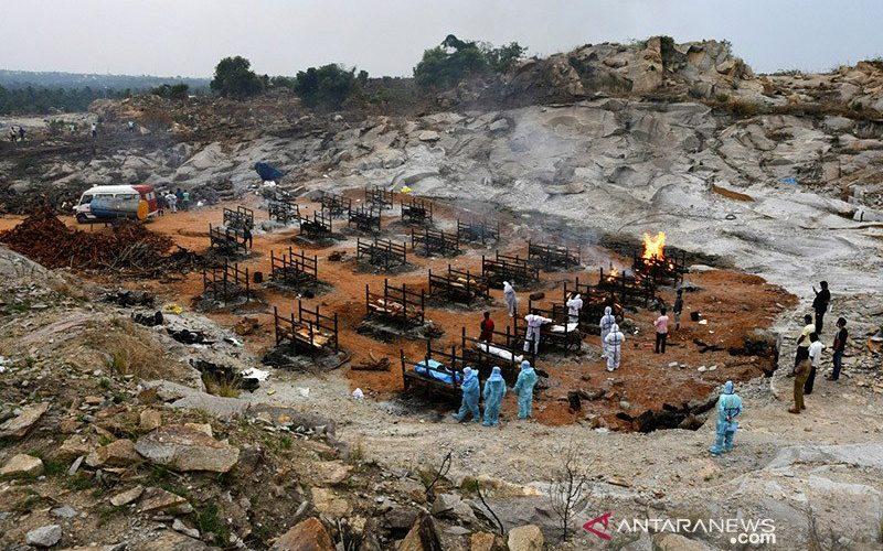 Relawan dan kerabat bersiap untuk mengkremasi jenazah orang yang meninggal akibat penyakit virus corona (COVID-19), di tempat krematorium di desa Giddenahalli di pinggiran Bengaluru, India, Minggu (2/5/2021). ANTARA FOTO/REUTERS/Samuel Rajkumar/WSJ/sa - am