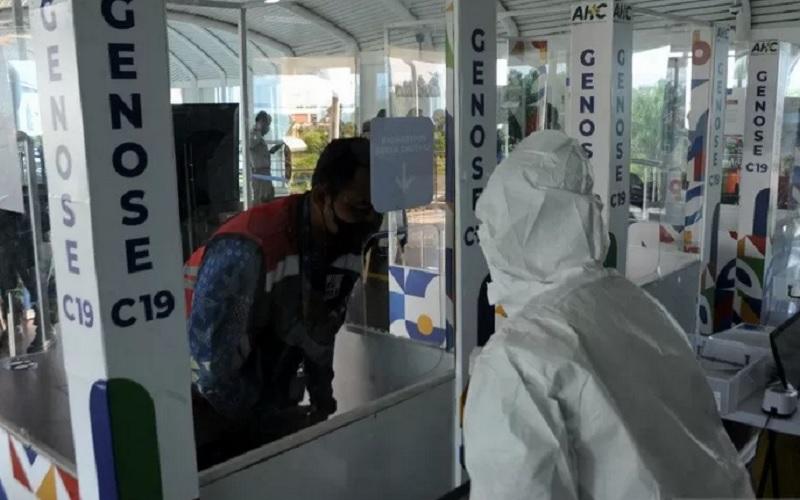 Petugas memberikan arahan sebelum mencoba tes Covid-19 dengan alat GeNose C-19 pada uji coba, di anjungan LRT Bandara Sultan Mahmud Badarudin (SMB) II Palembang, Sumatra Selatan, Jumat (26/3/2021). - Antara\r\n\r\n