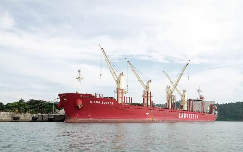 Kapal MV Hilma Bulker yang mengangkut gula rafinasi dari India bersandar di Pelabuhan Tanjung Intan Cilacap, Jateng, Jumat (7/5/2021). - Antara/Idhad Zakaria