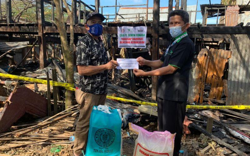 Manager Program Kemitraan Semen Tonasa Azis Tahir (kanan) mewakili manajemen PT Semen Tonasa menyerahkan bantuan kemanusiaan ke korban kebakaran di Kabupaten Pangkep  -  Istimewa