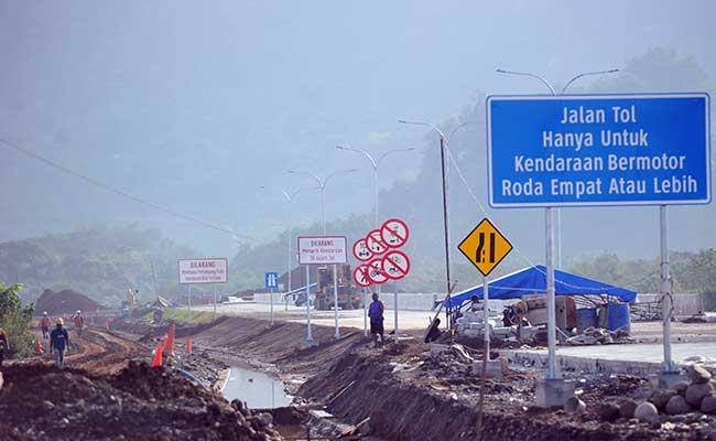 Sejumlah pekerja menyelesaikan pembangunan konstruksi jalan tol Padang - Sicincin, di KM 25 Jalan Bypass, Kabupaten Padangpariaman, Sumatra Barat, Senin (3/2/2020). - ANTARA FOTO/Iggoy el Fitra