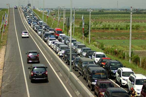 Kendaraan antre keluar jalur Pantura di pintu keluar Brebes Timur, Jawa Tengah, Selasa (27/6). - Antara/Oky Lukmansyah