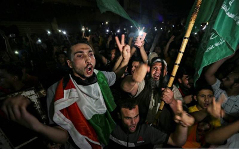 Warga Palestina turun ke jalan merayakan gencatan senjata di Jalur Gaza Selatan, Kamis (20/5/2021)./Antara - Reuters/Ibraheem Abu Mustafa