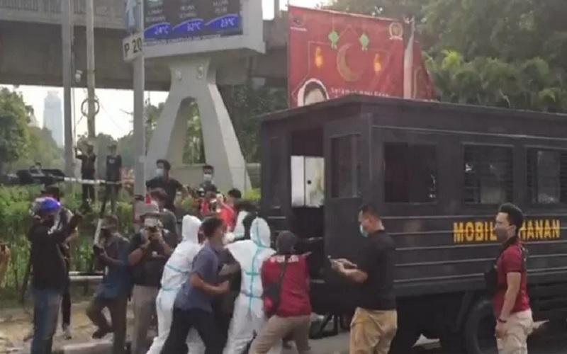 Polisi mengamankan sejumlah pendemo dari Himpunan Mahasiswa Islam yang melakukan aksi demo di Jalan M. Ridwan Rais, Jakarta Pusat, Jumat (21/5/2021). - Antara