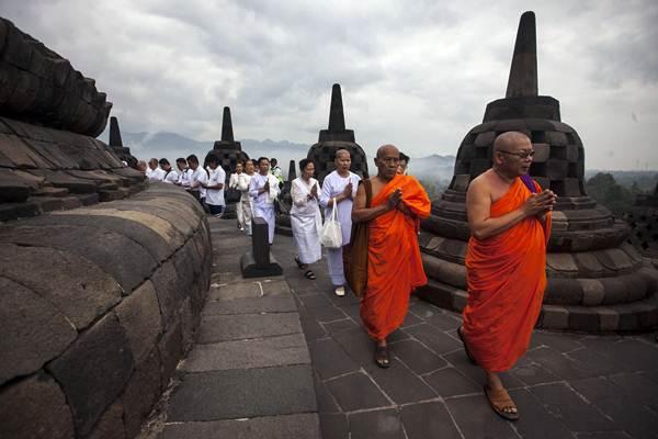 Sejumlah Biksu dan umat Budha melakukan ritual doa pagi Waisak 2018 di Candi Borobudur, Magelang, Jateng, DI Yogyakarta, Selasa (29/5/2018). - ANTARA/Andreas Fitri Atmoko
