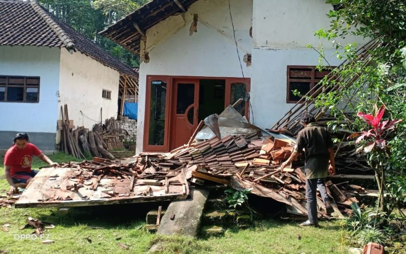 Salah satu rumah warga terdampak gempa M6,7 di Desa Tegalrejo, Kabupaten Blitar, Provinsi Jawa Timur, Sabtu (10 - 4) / Istimewa