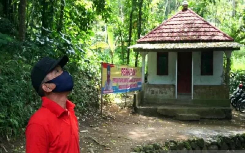 Anggota Satuan Tugas Jogo Tonggo saat memantau rumah karantina untuk warga yang nekat mudik di Desa Sidomulyo, Kecamatan Ampel, Kabupaten Boyolali, Jawa Tengah, Kamis (29/4/2021). - Antara\r\n