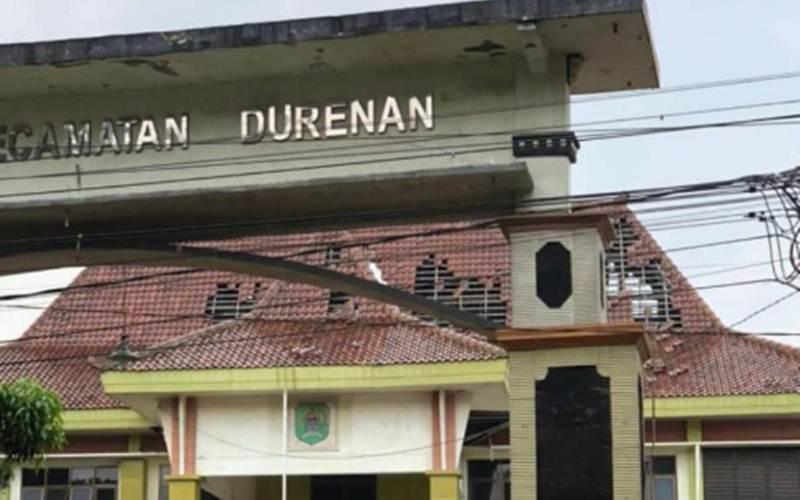 Bangunan Kantor Kecamatan Durenan rusak ringan dan sebagian genting melorot di Trenggalek, Sabtu (10/4/2021)./Antara - HO/Dok.pribadi