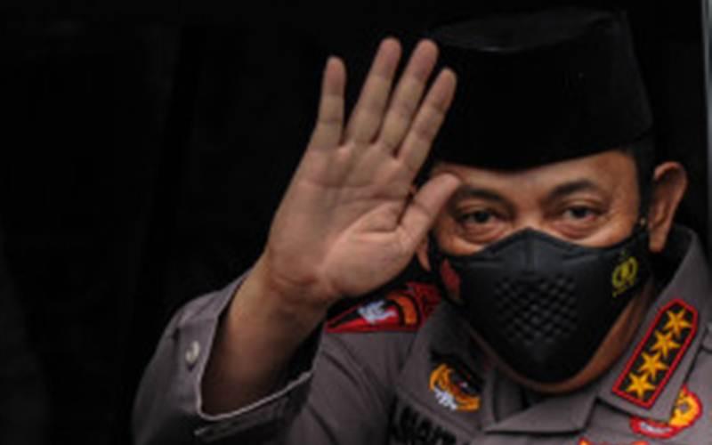 Kapolri Jenderal Pol Listyo Sigit Prabowo melambaikan tangan kepada awak media usai menjalani pertemuan dengan Pimpinan Pusat Persatuan Islam (Persis), di Bandung, Jawa Barat, Selasa (16/3/2021). - Antara/Raisan Al Farisi