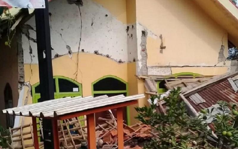 Rumah warga di Kabupaten Blitar, Jawa Timur, rusak karena getaran gempa bumi yang mengguncang dengan kekuatan Magnitudo 6,7 di Barat Daya Kabupaten Malang, Sabtu (10/4/2021). - Antara\r\n