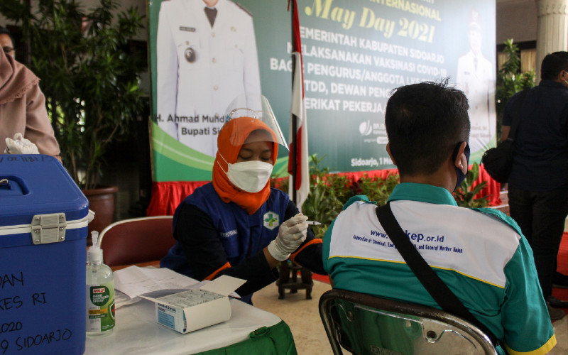 Petugas kesehatan menyuntikkan vaksin Covid-19 Astrazeneca kepada buruh di Pendopo Sidoarjo, Jawa Timur, Sabtu (1/5/2021). Sebanyak 500 buruh dari berbagai element tersebut menerima vaksinasi Covid-19 dalam rangka peringatan Hari Buruh Sedunia.  - ANTARA FOTO