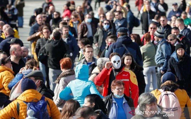 Masyarakat menghadiri demonstrasi di Lapangan Pahlawan di Budapest, Hungaria, Minggu (28/2/2021), berupa protes terhadap kebijakan pembatasan terkait virus corona (Covid-19) yang dianggap dapat membuat perekonomian memburuk . ANTARA FOTO/REUTERS/Bernadett Szabo/NZ - sa