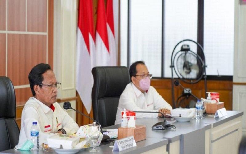 Ketua Tim Pelaksana Kajian UU ITE Sugeng Purnomo (kiri) saat menggelar rapat di Kantor Kemenko Polhukam, Jakarta, Rabu (24/2/2021). - Antara\r\n