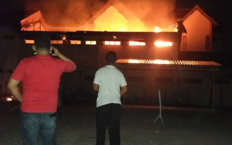 Warga melihat kobaran api di kantor Badan Pertanahan Nasional (BPN) Klaten, Sabtu (22/5/2021) malam. - JIBI/Ponco Suseno